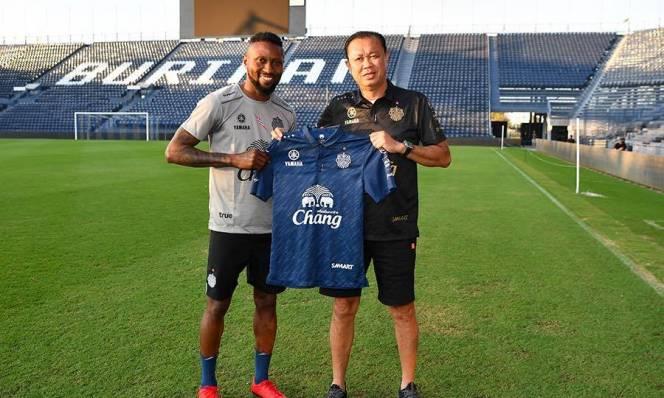 Hoàng Vũ Samson đá hỏng penalty trong trận ra mắt Buriram