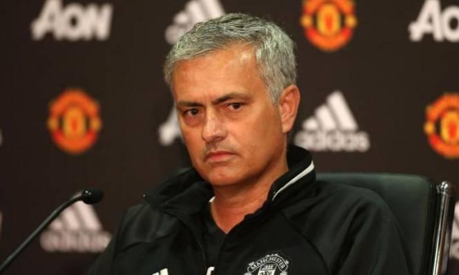 Mourinho thanh lọc hàng thủ để dọn đường đón trung vệ mới