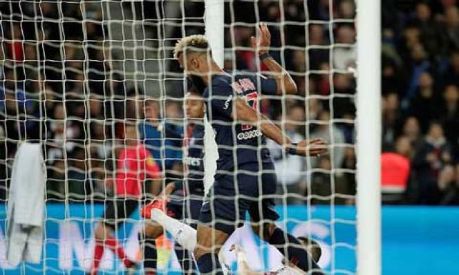 Tiền đạo PSG 'phá bóng' trên vạch vôi ngăn đồng đội ghi bàn
