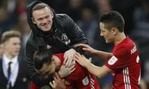 Rooney 'ghi bàn' từ ngoài đường Pitch