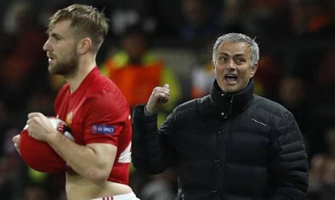 Mourinho đang làm gì với Luke Shaw vậy?