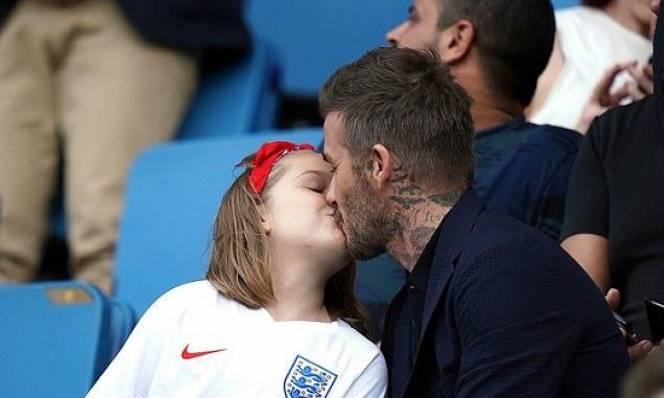 Hôn môi con gái Beckham bị chỉ trích gay gắt