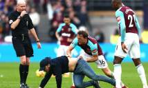 NÓNG: Thi đấu tệ hại, CĐV tràn xuống sân đòi...đánh cầu thủ