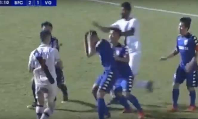 CỰC SỐC: Cầu thủ Vasco Gama nổi điên, đấm 2 cầu thủ Bình Dương khiến trận đấu suýt đổ bể