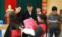Công Vinh - Thủy Tiên làm từ thiện ở Hà Tĩnh