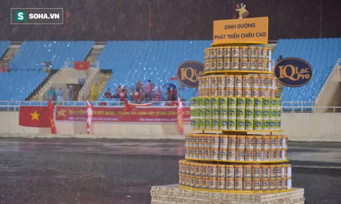 Lý giải 400 lon sữa xuất hiện khó hiểu giữa sân Mỹ Đình trong trận Việt Nam - Campuchia