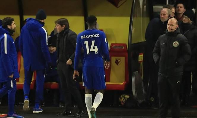 Rút thẻ đỏ đuổi Bakayoko, trọng tài được CĐV Chelsea... ca ngợi hết lòng