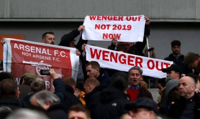 Bất chấp tất cả, Wenger ngoan cố ở lại Arsenal