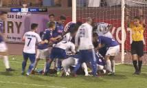 Cầu thủ Quảng Nam nằm bất động sau va chạm kinh hoàng