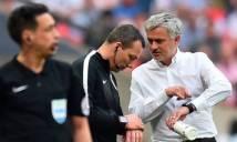 Dạy dỗ học trò, Mourinho dạy bảo luôn cả trọng tài