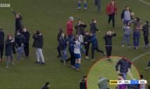 Bị khiêu khích, Aguero đấm vào mặt fan Wigan