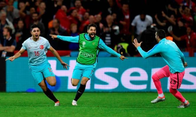 Đánh bại CH Séc, Thổ Nhĩ Kỳ thắp sáng hi vọng đi tiếp