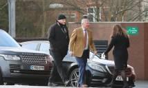 CẬP NHẬT: Alexis Sanchez đã đến Carrington, Sir Alex ra tận cửa xe chào đón