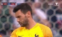 Thủ môn tuyển Pháp bị bọ tấn công trong trận thắng Uruguay