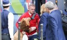 Rooney ôm linh vật may mắn khi đánh bại xứ Wales