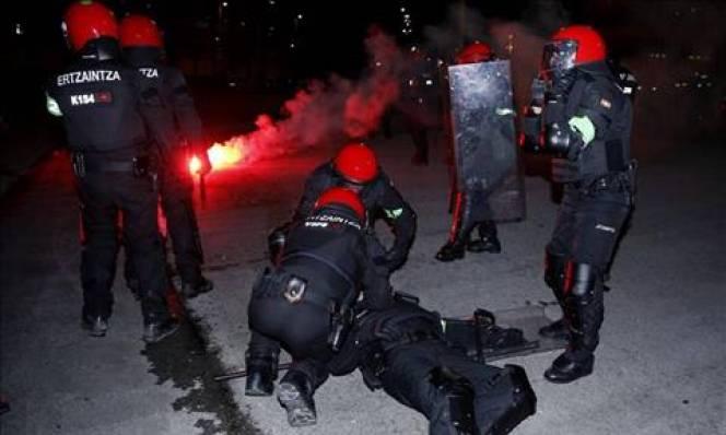 NÓNG: Bạo lực leo thang tại Europa League: 1 cảnh sát thiệt mạng