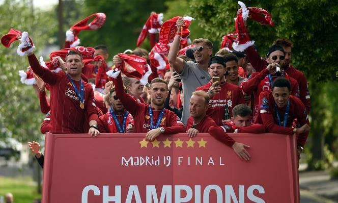 Khung cảnh hoành tránh trước màn ăn mừng của Liverpool