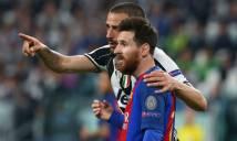 Hai cầu thủ của Juve tranh nhau đổi áo với Messi