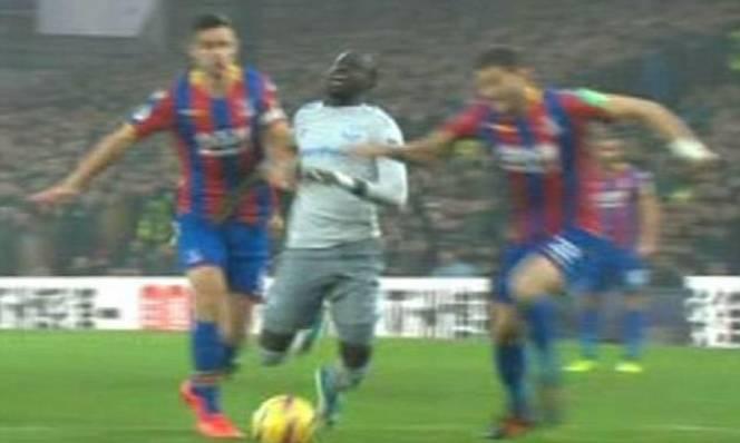 Sao Everton trở thành cầu thủ đầu tiên bị phạt nguội do ăn vạ