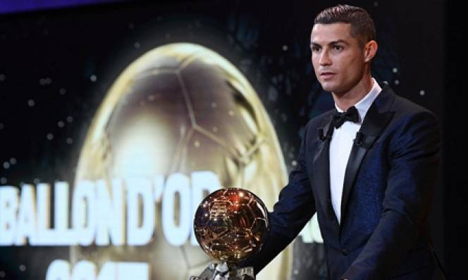 CHÍNH THỨC: Cristiano Ronaldo cân bằng kỷ lục 5 lần giành Quả bóng Vàng của Leo Messi