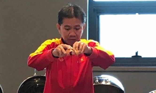 Thay vì nấu cháo điện thoại, U19 Việt Nam được ăn cháo thật do chính tay thầy nấu
