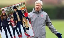 HLV Wenger 'không thể tin nổi' vì học trò đi trượt tuyết với vợ con