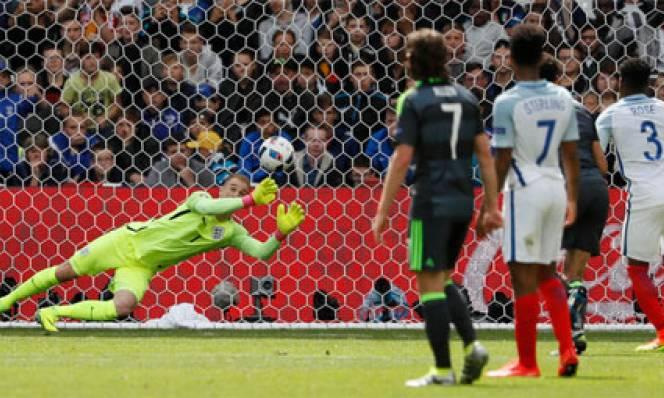 Dư luận chỉ trích Joe Hart sau quả đá phạt của Bale