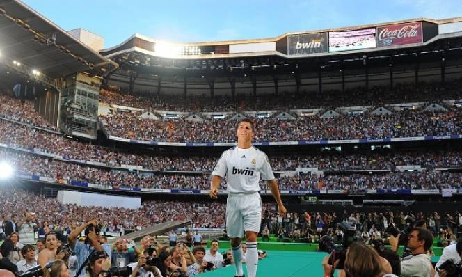 NGÀY NÀY NĂM XƯA: Cầu trường Bernabeu rực rỡ ngày ra mắt Ronaldo