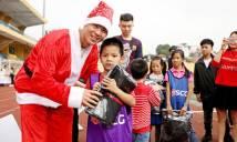 Các tuyển thủ Việt Nam tặng quà Noel cho trẻ em