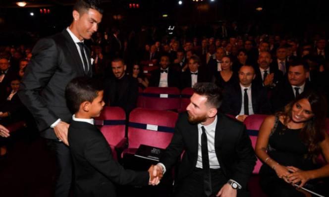 Thắng Messi và Neymar tại gala The Best, Ronaldo tranh thủ 'vòi vĩnh' Real