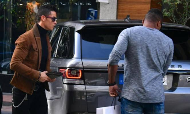 Ronaldo xới tung Madrid tìm quà tặng bạn gái ngày Valentine