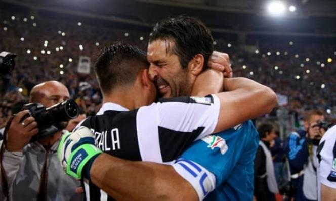 Hủy diệt AC Milan, Buffon bật khóc vì có thêm danh hiệu trước khi rời Juventus