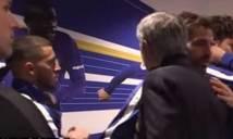 Dù đứng cạnh, Hazard và Mourinho vẫn không thèm nhìn mặt nhau