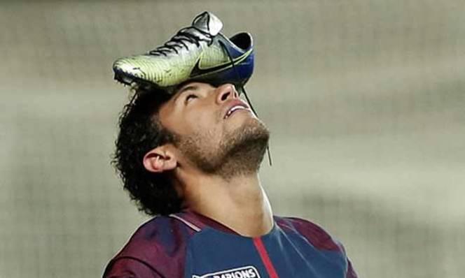 Bất ngờ với ý nghĩa đằng sau màn ăn mừng đội giầy lên đầu của Neymar