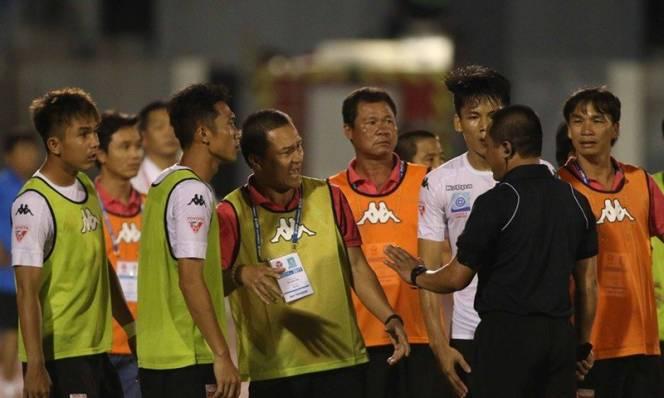 Fan Việt bức xúc với màn hài kịch trên sân Thống Nhất