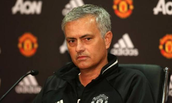 Vừa giành chức vô địch đầu tiên cùng M.U, Mourinho đã tính chuyện giải nghệ