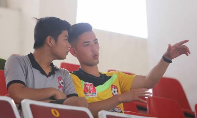 Về nước đá V-League được 2 năm, cầu thủ Việt kiều từ bỏ để... chơi bóng bầu dục