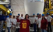 Chiếc áo cuối cùng của Totti không còn ở Trái đất
