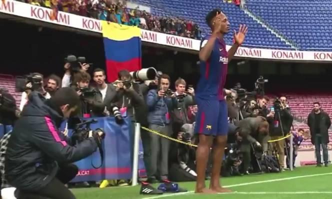 Tân binh Barcelona ra mắt độc nhất vô nhị với đôi chân trần