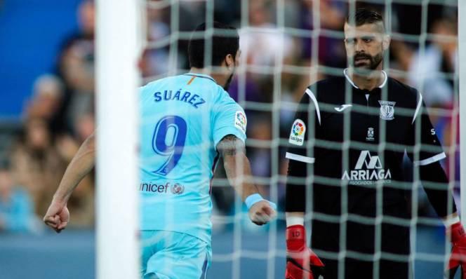 Ăn mừng phản cảm, Suarez chọc tức thủ môn đối thủ