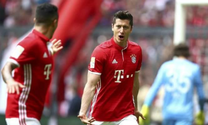 Lewandowski lập hat-trick, Bayern chơi tennis với Augsburg