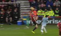 SỐC: Sao West Ham hứng trọn gầm giày của đối thủ vào mặt
