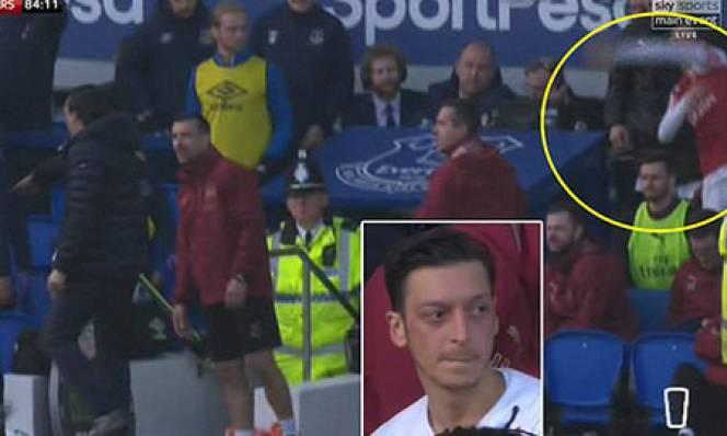 Oezil ném áo khoác về phía HLV Everton để bảo vệ Emery