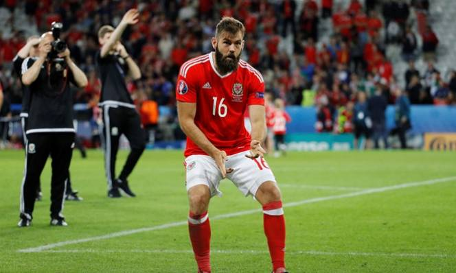 Tuyển thủ xứ Wales hoãn đám cưới vì trận bán kết