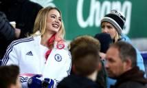 Người đẹp yêu Chelsea bị fan Arsenal... cưỡng hôn