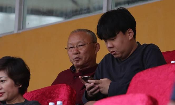 Trở về Việt Nam, thầy Park dự khán trận cầu tâm điểm vòng 1 V-League