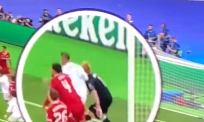 Bị Ramos 'đánh', Karius mất trí, ném bóng cho Benzema