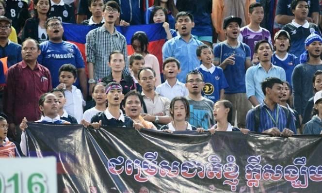 Cay cú, CĐV Campuchia quay sang ủng hộ Indonesia