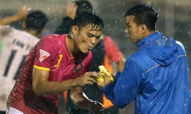 Màn ăn chuối kinh điển của MU được tái hiện ở V-League
