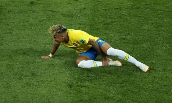 Neymar bị cầu thủ Thụy Sĩ 'chém' nhiều đến rách tất